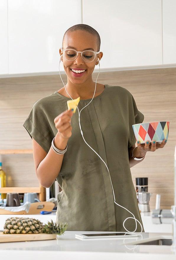glimlachende vrouw die naar muziek luistert